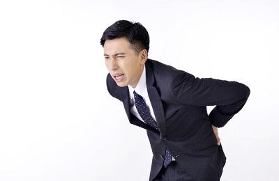 デスクワーク中、背中の痛みを感じた際に取るべき行動