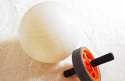 バランスボールで行う骨盤矯正のやり方と注意点