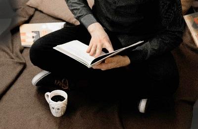 床に座ると腰が痛い! 腰に負担のかかる座り方と改善方法