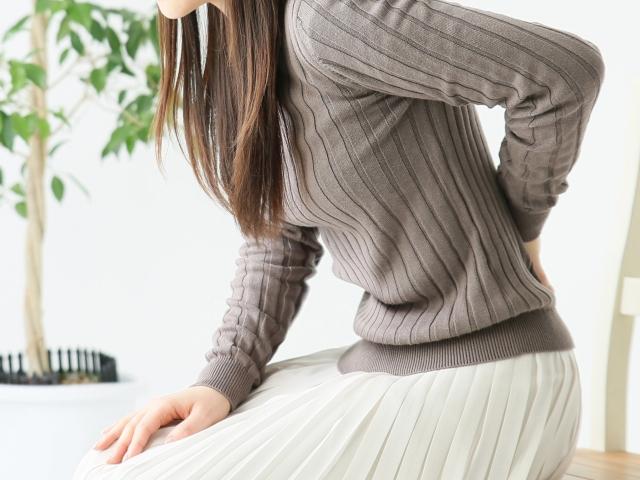腰痛と足のしびれが同時にある場合、考えられる病気