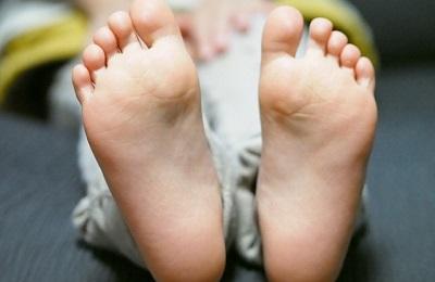 立ち仕事で足の裏が痛い! 実はそれ足底筋膜炎(足底腱膜炎)かも!?