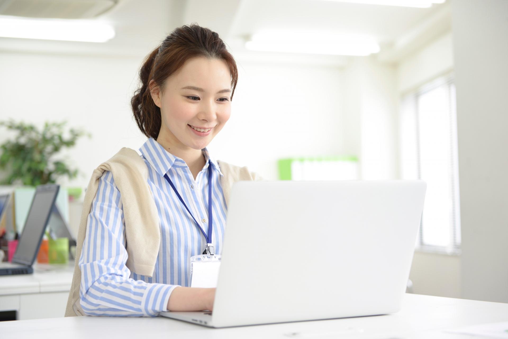 パソコン業務で肩こりに……予防するための正しい姿勢とは?