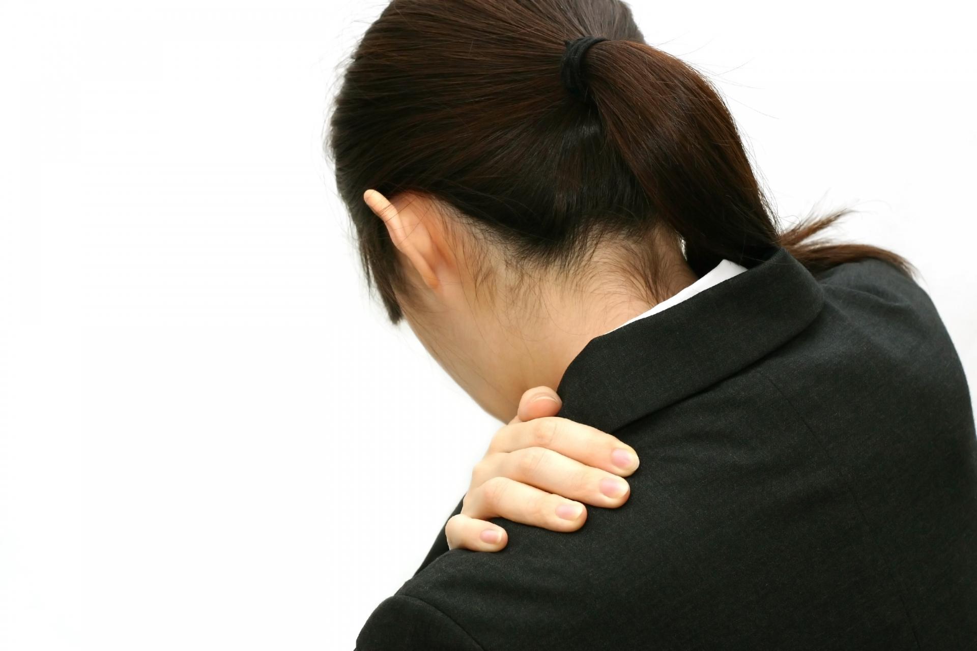 手のしびれや二の腕のたるみをまねく「巻き肩」の対処法