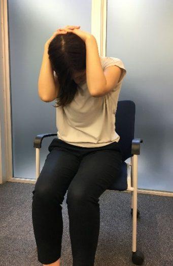 首、肩のストレッチ
