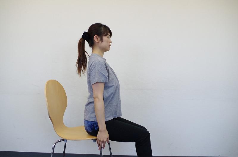 椅子に座って行うストレッチ-前屈