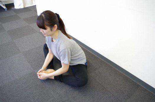 内股のストレッチをする女性