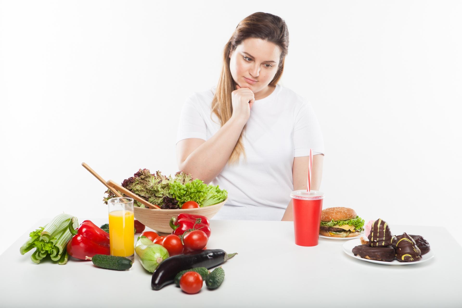 むくみの原因となる食べものと改善につながる食べもの