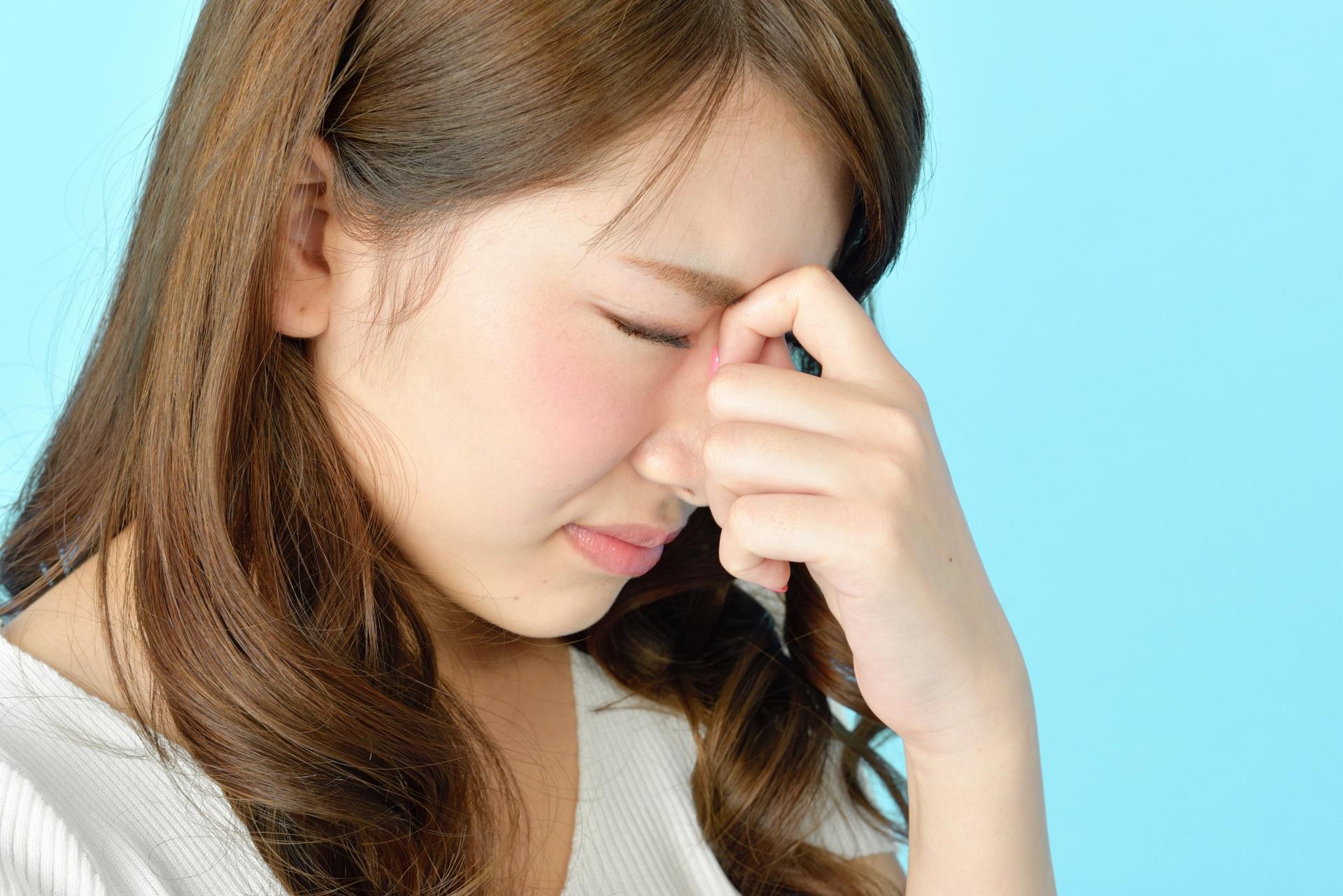 眼精疲労が緊張型頭痛を招く理由と対処法