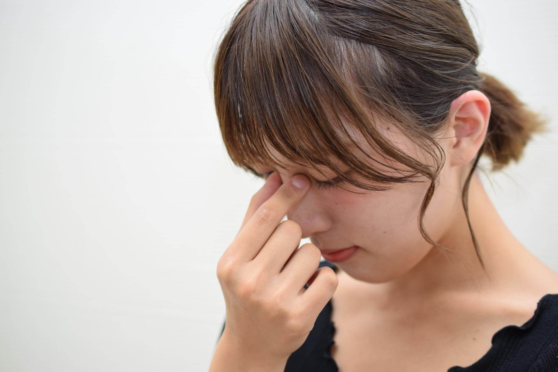 目の疲れの原因と対処法! 目の疲れに効くストレッチもご紹介