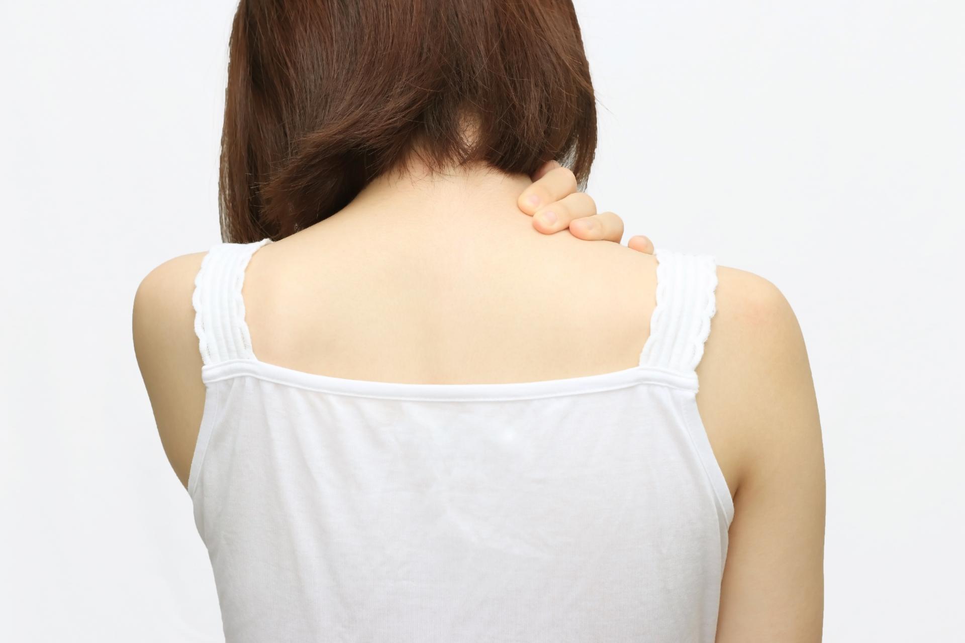 夏に肩こりが悪化する原因と対処法