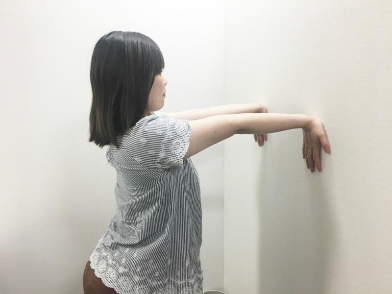 腕のストレッチ-手のひら-壁