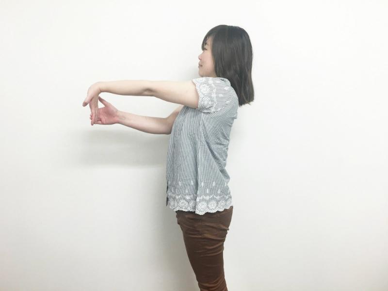 腕のストレッチ-手のひら-指先を引っ張る