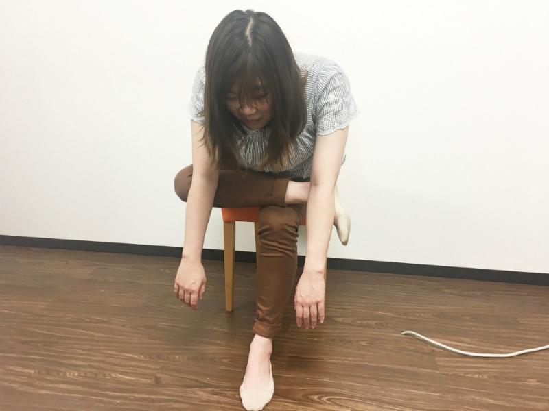 筋膜リリース-足を膝にのせて前傾する-ストレッチ