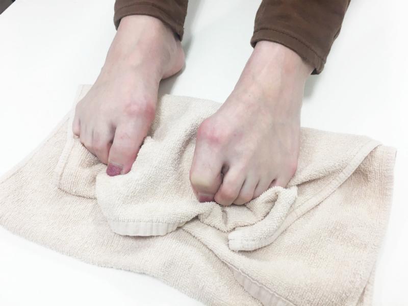 足のストレッチ-足の指-タオルをつかむ